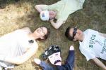 Petite pause dans l'herbe... ! Alena, Archie, Simon et Maxime