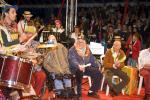 Aux côtés de Jean Vanier, Philippe Seux et Stephan Posner, fanfare et musiciens « mettent le feu » sous le chapiteau. ©Kayte Brimacombe