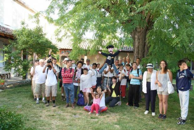 Photo de groupe dans le cloître de l'ancien Carmel de Condom qui les a hébergés.