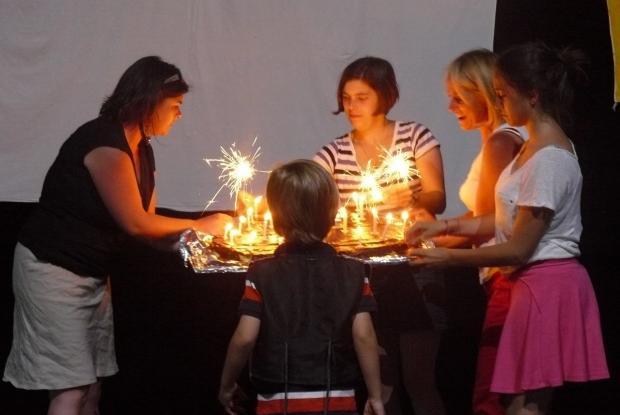 Les bougies d'anniversaire pendant la veillée