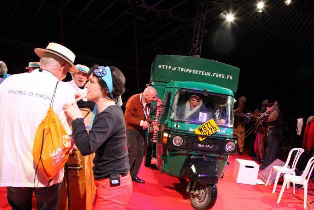 Jean Vanier arrive en rickshaw, clin d'oeil à l'Inde. ©Charlotte Dubois