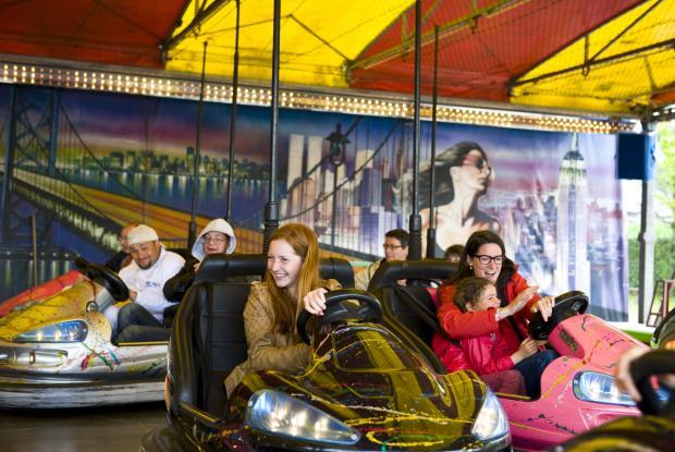 De vraies auto-tamponneuses ! Un carrousel qui enchante petits et grands ©Kayte Brimacombe