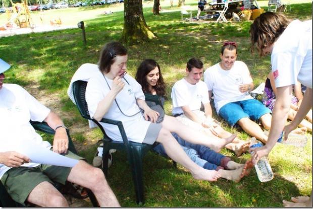 Le lavement des pieds avec (de gauche a droite), Christine.C, Agathe, Benoit, Thomas et Alice avec les bouteilles