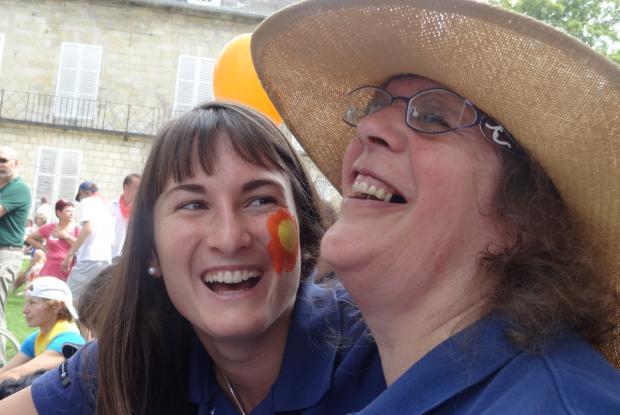 Complicité entre Anne-Sophie et Nathalie, heureuses de faire la fête !