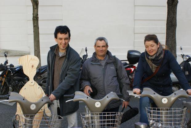 Thierry, Sylvain et Sandrine, et Archie sur des vélib