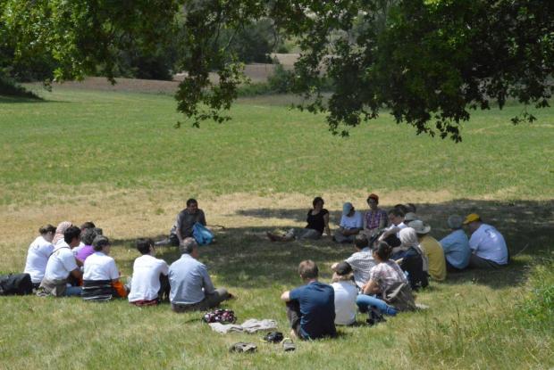 La fin : le groupe se retrouve sous un chêne du midi pour se souvenir des points forts de la m'Arche