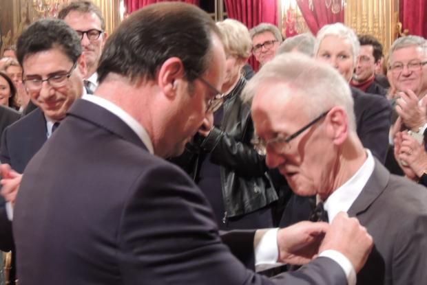 François Hollande pose les insignes de Chevalier de la légion d'honneur