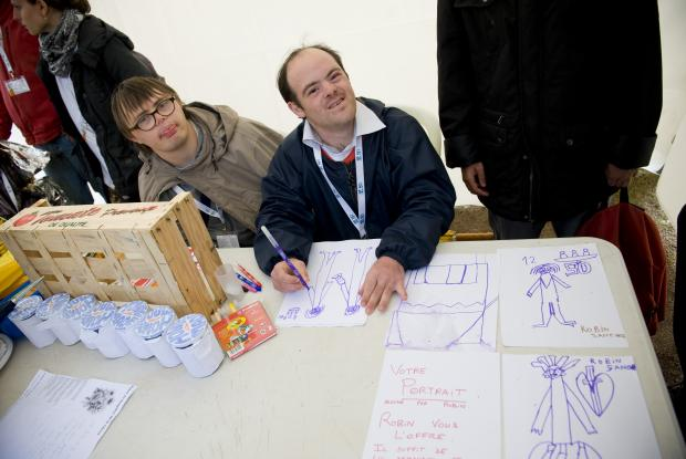 Robin de L'Arche à Grasse faisait le portrait des participants. ©Ellen Teurlings