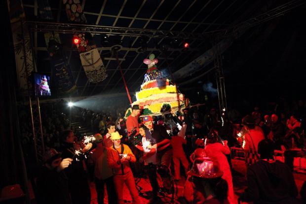 La foule et les clowns entourent le gâteau  ©Charlotte Dubois