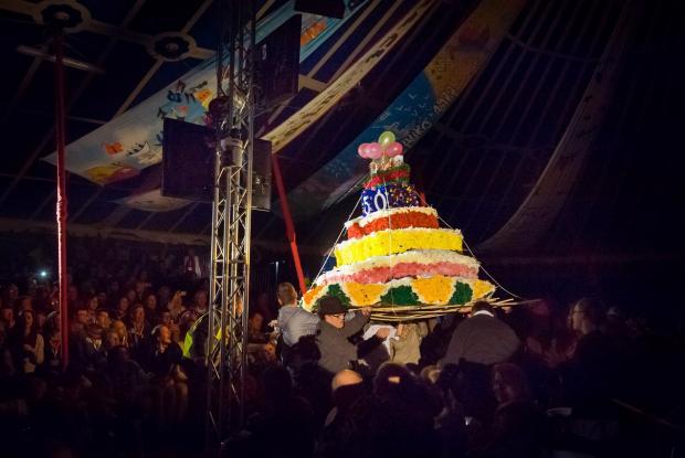 Le gâteau d'anniversaire amené par des membres de L'Arche  ©Ellen Teurlings