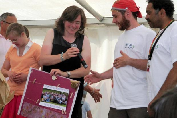 Echange de cadeaux entre Perrine, responsable de L'Olivier et Matthieu, Responsable de L'Arche d'Aigrefoin