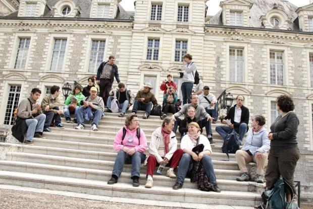 Le groupe sur les marches du châteaux de Cheverny