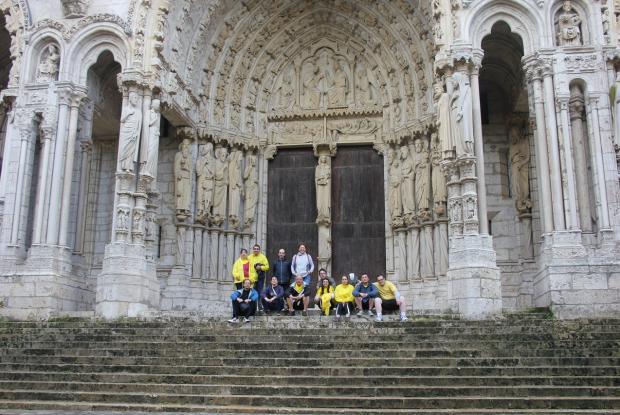 Au pied de la cathédrale de Chartres