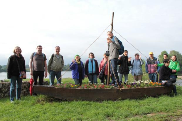 Le groupe sur une Arche trouvée à Cour sur Loire, au bord de la Loire