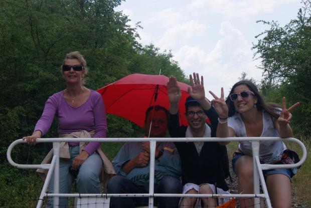Virginie, Yannick, François et Cécile sous la pluie sur le vélo-rail