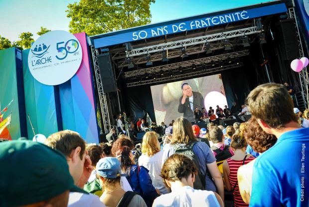Jean  Vanier sur scène