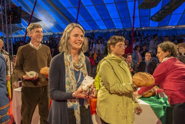 Remise du pain et du sel par Patrick Fontaine et des représentants de  L'Arche en Belgique et L'Arche au Royaume-Uni.  ©Kayte Brimacombe