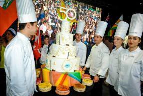 La délégation de L'Ecole Ferrandi apporte le gâteau.
