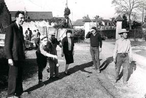 """Jean Vanier et les """"garçons"""" en 1966, près du foyer de L'Arche"""